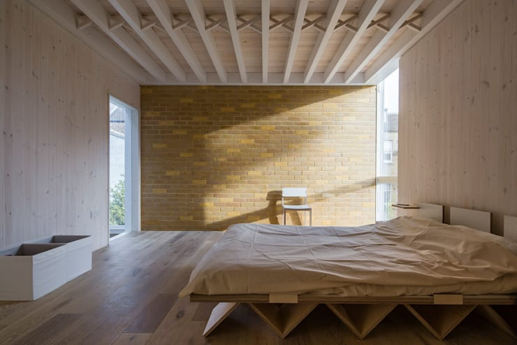 House of Trace:  Bedroom by TSURUTA ARCHITECTS