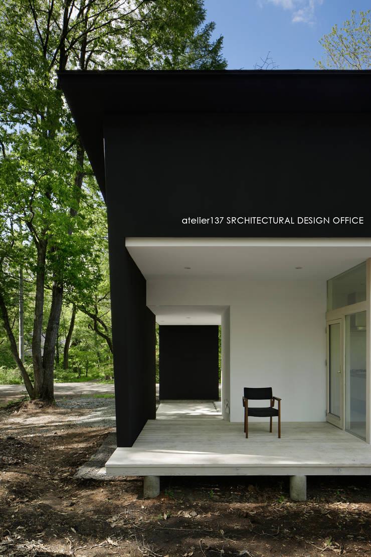 036軽井沢Kさんの家: atelier137 ARCHITECTURAL DESIGN OFFICEが手掛けたテラス・ベランダです。