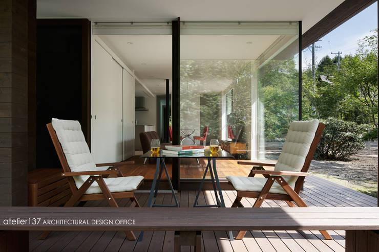 024軽井沢Hさんの家: atelier137 ARCHITECTURAL DESIGN OFFICEが手掛けたテラス・ベランダです。