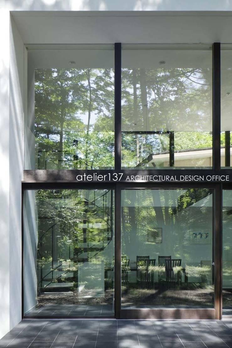 ガラス: atelier137 ARCHITECTURAL DESIGN OFFICEが手掛けた窓です。