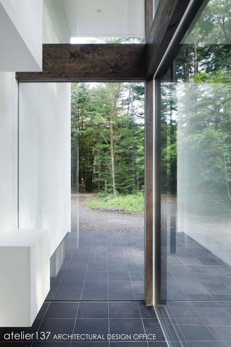 玄関: atelier137 ARCHITECTURAL DESIGN OFFICEが手掛けた窓です。