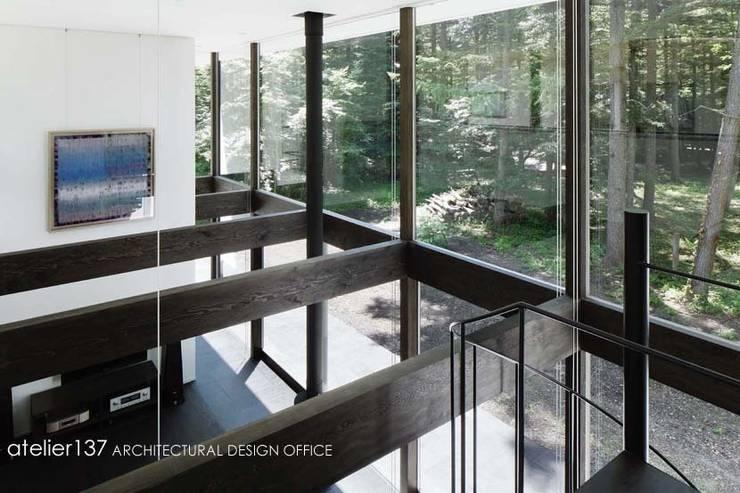 吹抜: atelier137 ARCHITECTURAL DESIGN OFFICEが手掛けたリビングです。