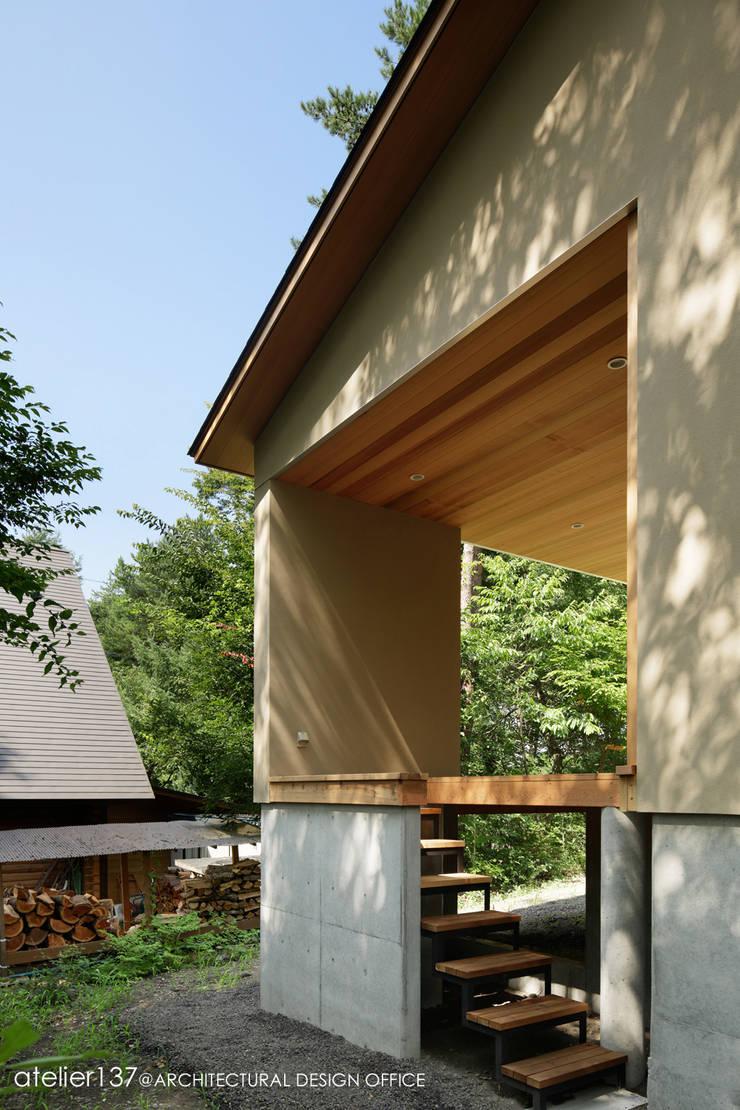 031軽井沢Tさんの家: atelier137 ARCHITECTURAL DESIGN OFFICEが手掛けたテラス・ベランダです。