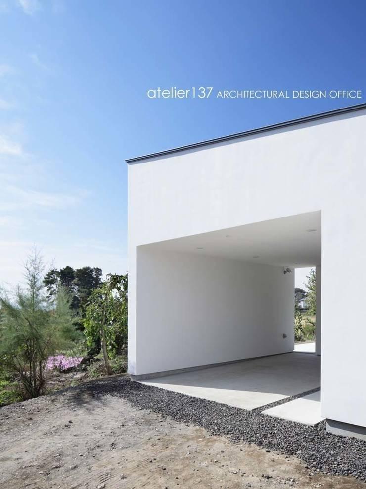 ガーレジ~016小諸 I さんの家: atelier137 ARCHITECTURAL DESIGN OFFICEが手掛けたガレージです。