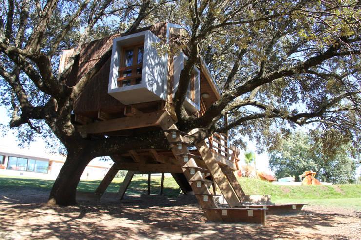 Casa en el árbol enraizada.: Casas de estilo moderno de Urbanarbolismo