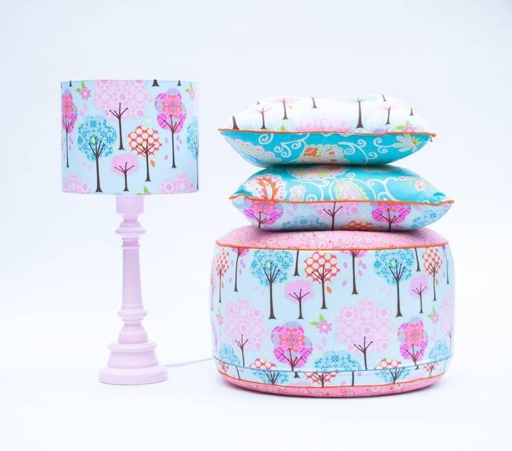 Dla dziewczynki: styl , w kategorii Pokój dziecięcy zaprojektowany przez LAMPS&COMPANY