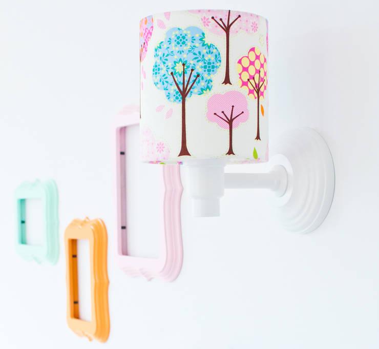 Habitaciones infantiles de estilo  de LAMPS&COMPANY