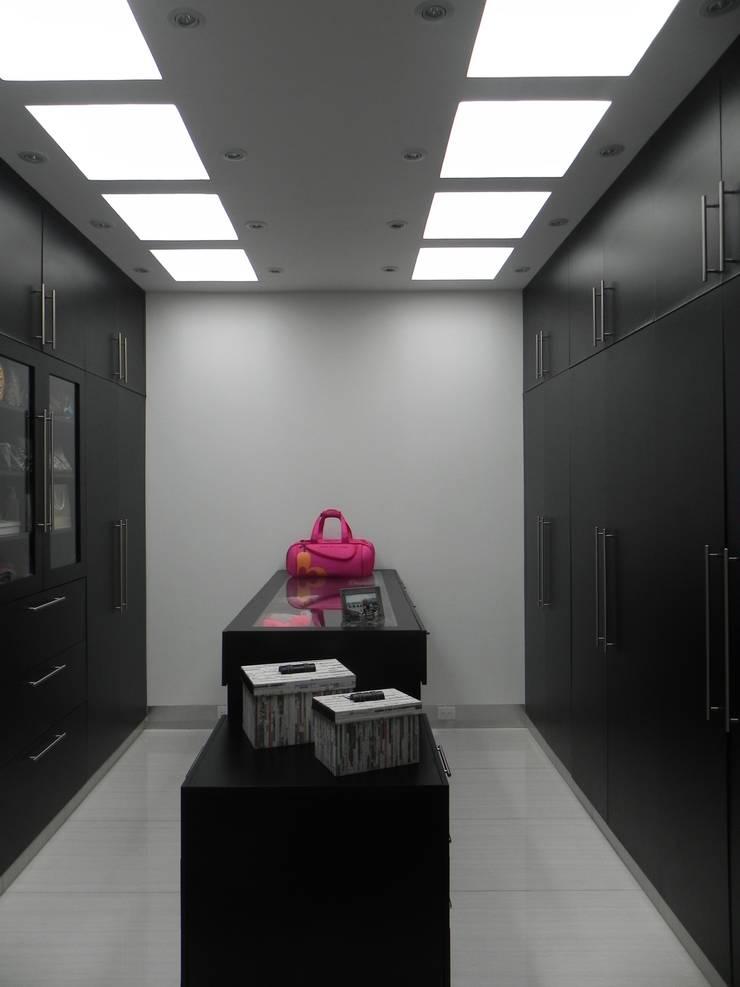 Vestidor: Vestidores y closets de estilo  por ARKIZA ARQUITECTOS by Arq. Jacqueline Zago Hurtado