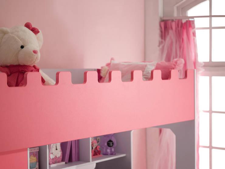 Detail rand van de wit met roze hoogslaper voor meisjes Chica:  Kinderkamer door JeEigenKamer.nl