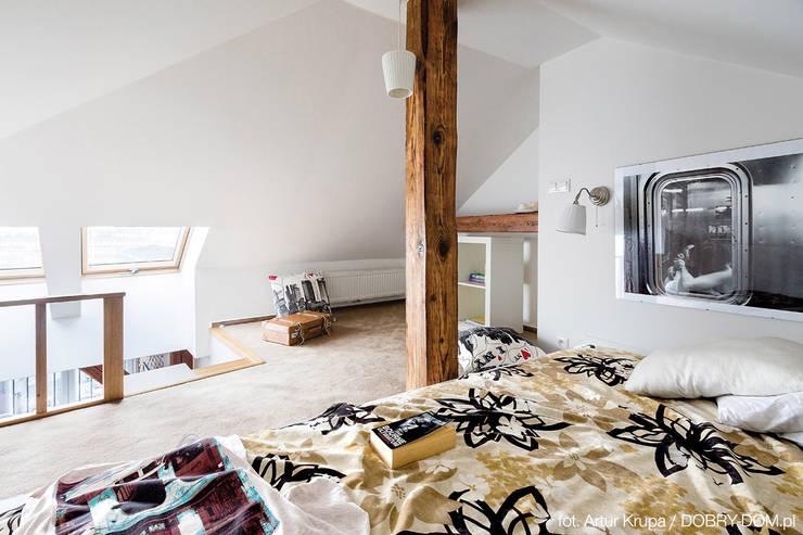 poddasze na Powiślu - wg www.gackowska.pl: styl , w kategorii Sypialnia zaprojektowany przez GACKOWSKA DESIGN,