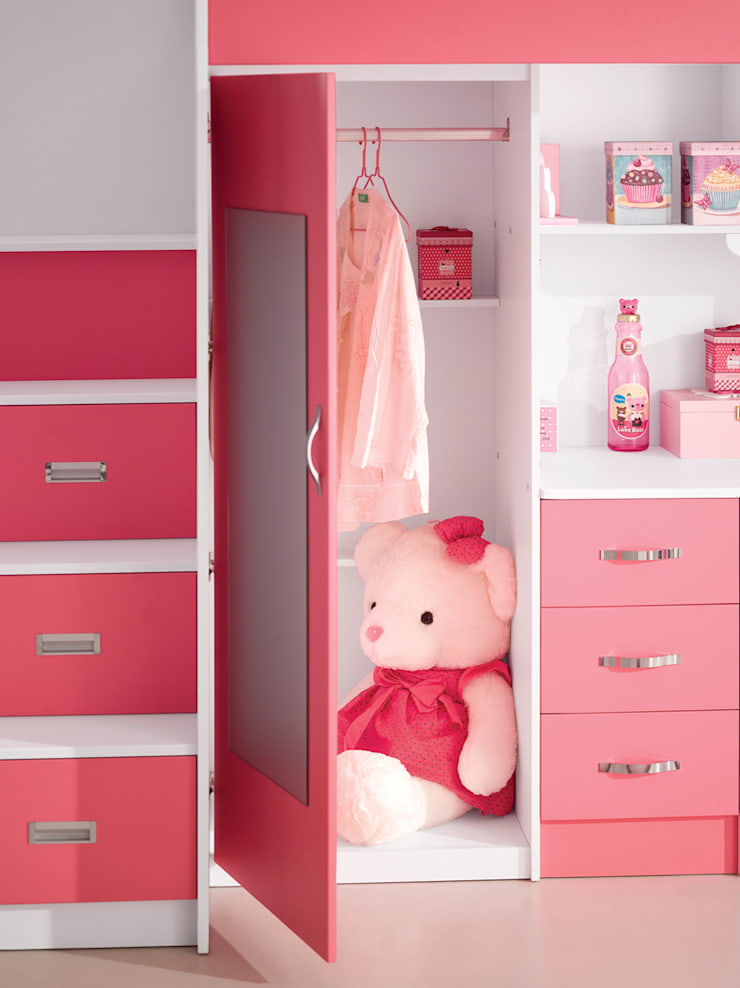 Binnenkant van de kledingkast van het roze kasteelbed:  Kinderkamer door JeEigenKamer.nl