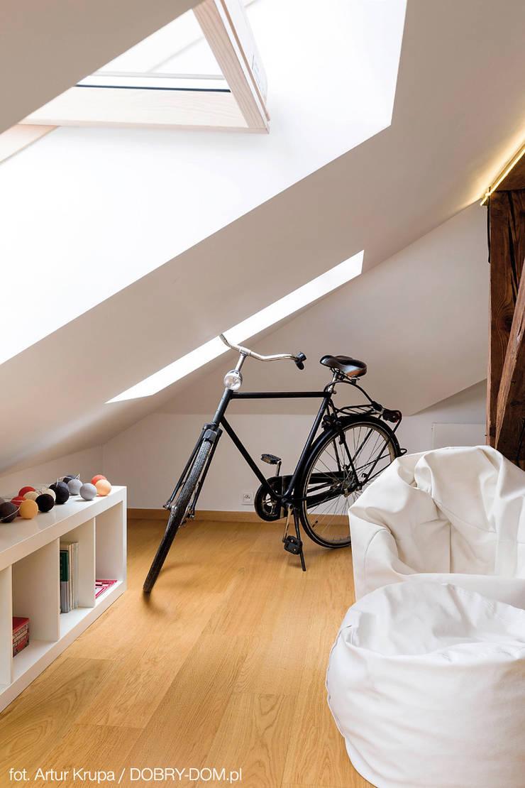 poddasze na Powiślu - wg www.gackowska.pl: styl , w kategorii Salon zaprojektowany przez GACKOWSKA DESIGN,