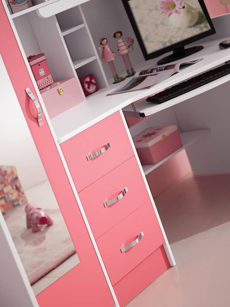 Detailfoto spiegel kledingkast en het computerbureau van de roze hoogslaper Chica:  Kinderkamer door JeEigenKamer.nl