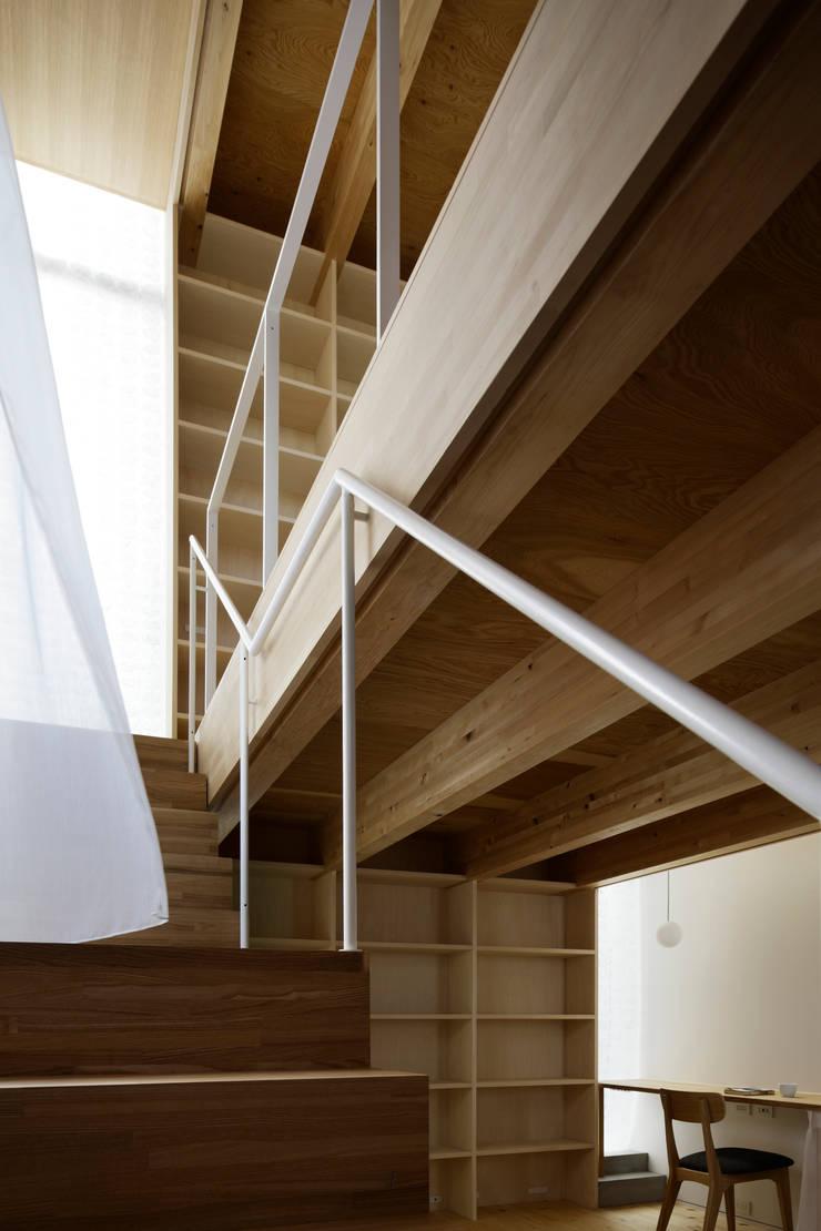 シナの木と白い家: 高橋真紀建築設計事務所が手掛けた窓です。