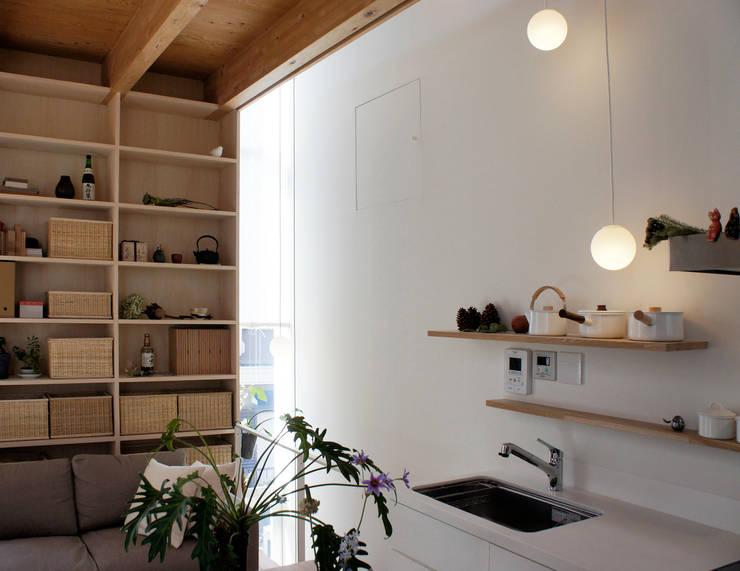 シナの木と白い家: 高橋真紀建築設計事務所が手掛けたキッチンです。