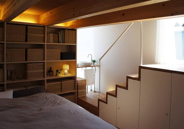 シナの木と白い家: 高橋真紀建築設計事務所が手掛けた寝室です。