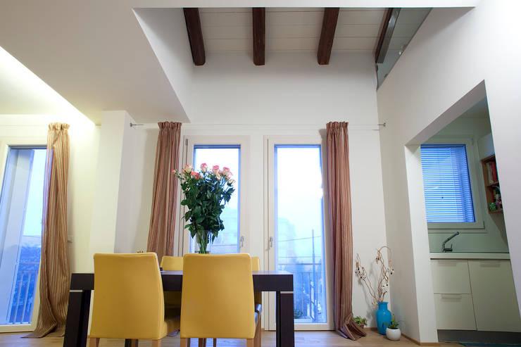 casa M: Soggiorno in stile in stile Moderno di Barbara D'Agaro architetto