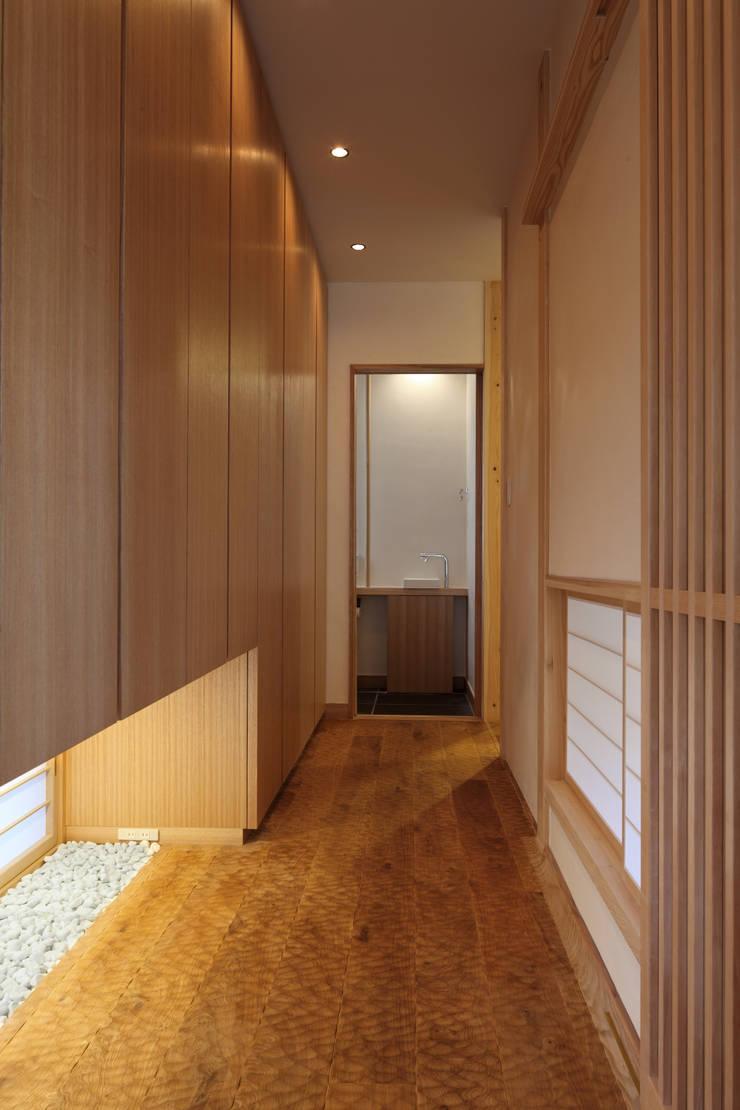 西谷の家: TAMAI ATELIERが手掛けた廊下 & 玄関です。