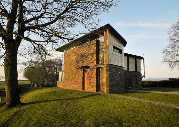 Casas modernas por Hall + Bednarczyk Architects