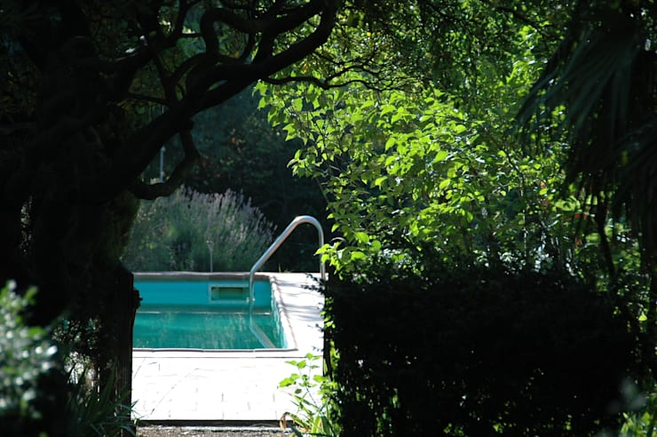 une bastide de 1770 entièrement rénovée avec une surélévation des toitures permettant d'atteindre une isolation parfaite des volumes sous toiture: Jardin de style  par agence d'architecture nadia poss