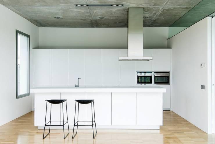 Casa Mikado: Cocinas de estilo  de Ascoz Arquitectura