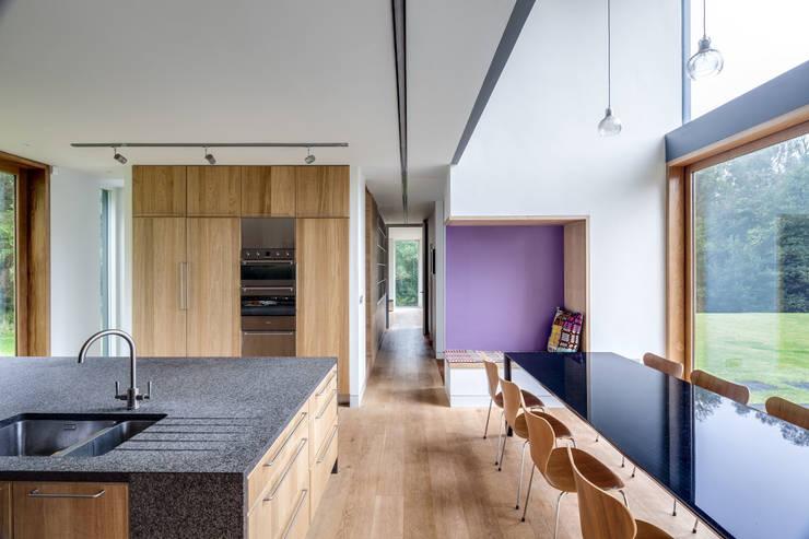 Corredores e halls de entrada  por Hall + Bednarczyk Architects