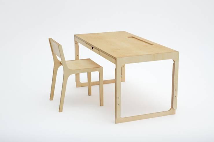 Biurko o regulowanej wysokości: styl , w kategorii Pokój dziecięcy zaprojektowany przez Rzeczy Same