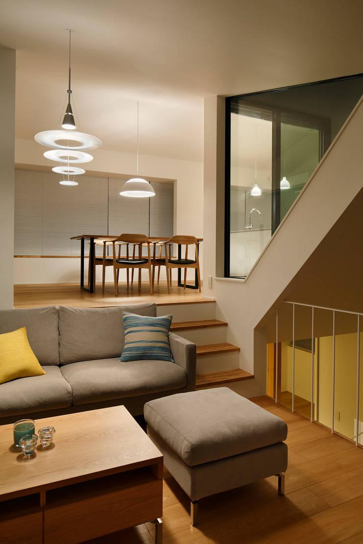 東玉川の家: 向山建築設計事務所が手掛けたリビングです。,モダン 木 木目調