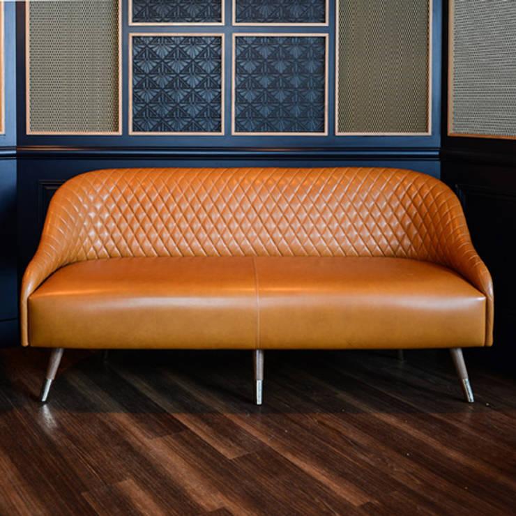 Canapé Gabrielle: Salon de style de style Moderne par STUDIO EMMA ROUX