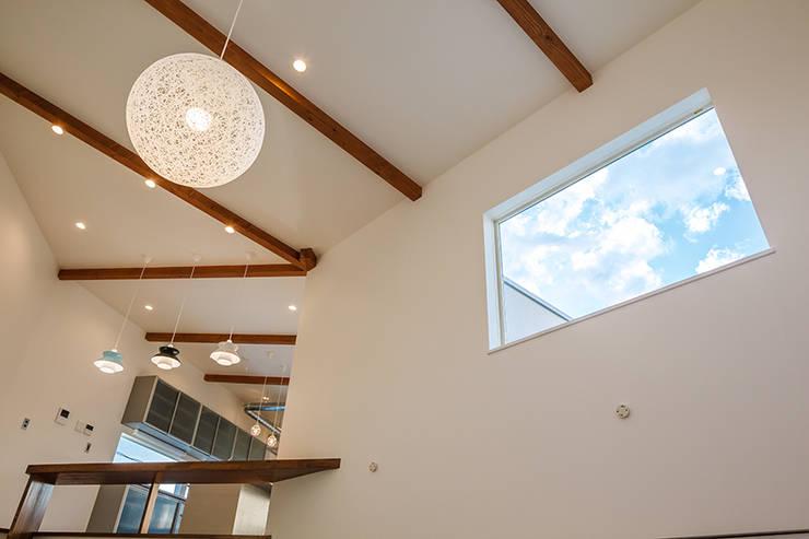 ロの字の家 リビング3: 腰越耕太建築設計事務所が手掛けたリビングです。