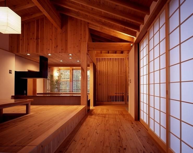 那須高原の家: TAMAI ATELIERが手掛けたリビングです。
