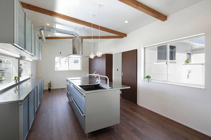 ロの字の家 キッチン: 腰越耕太建築設計事務所が手掛けたキッチンです。