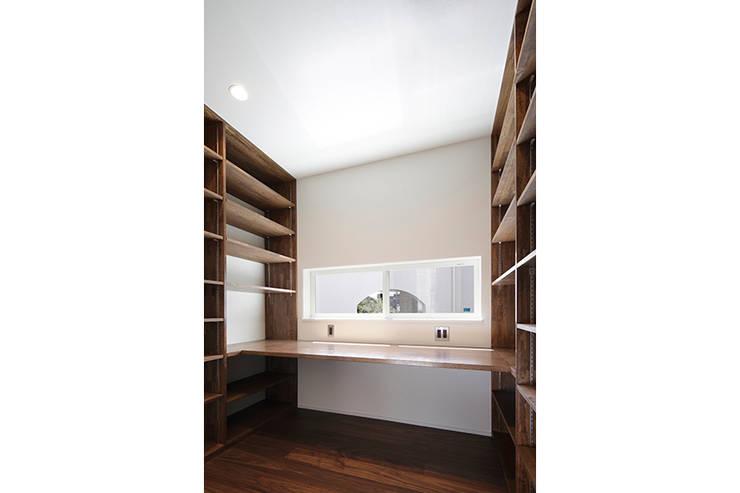 ロの字の家 書斎: 腰越耕太建築設計事務所が手掛けた書斎です。