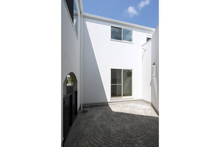 ロの字の家 中庭: 腰越耕太建築設計事務所が手掛けた庭です。