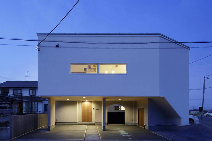 ロの字の家 夕景: 腰越耕太建築設計事務所が手掛けた家です。
