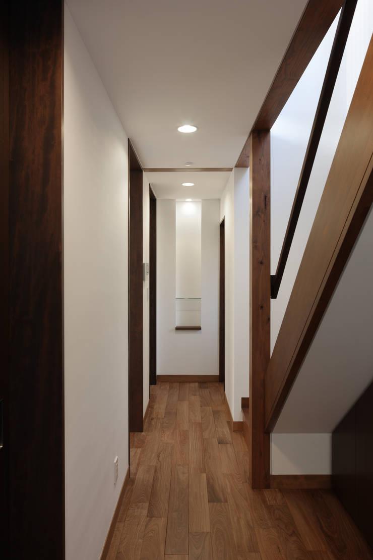 材木座の家: TAMAI ATELIERが手掛けた廊下 & 玄関です。
