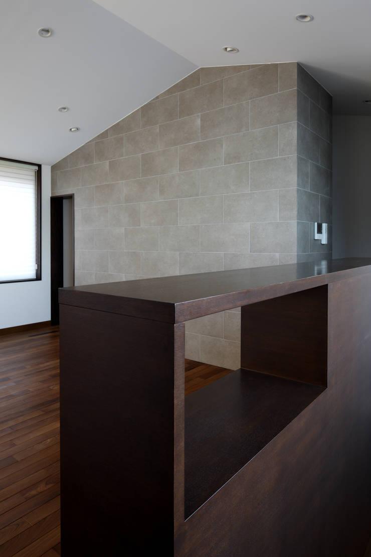 材木座の家: TAMAI ATELIERが手掛けたリビングです。