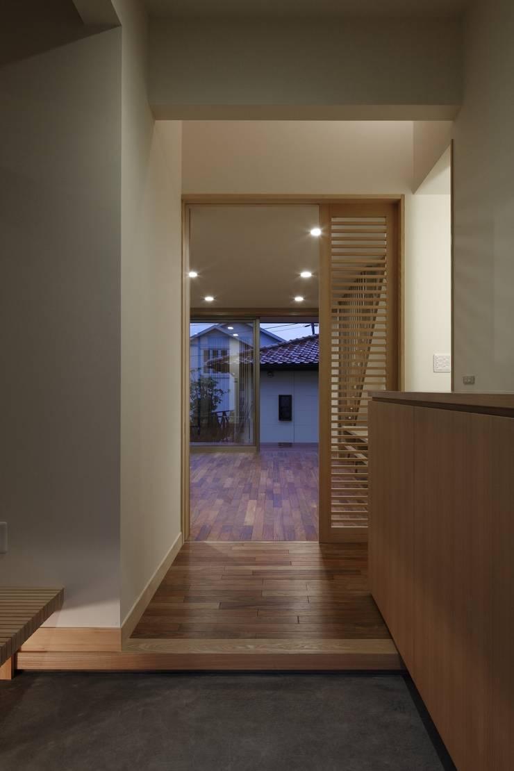 安中榛名の家: TAMAI ATELIERが手掛けた廊下 & 玄関です。