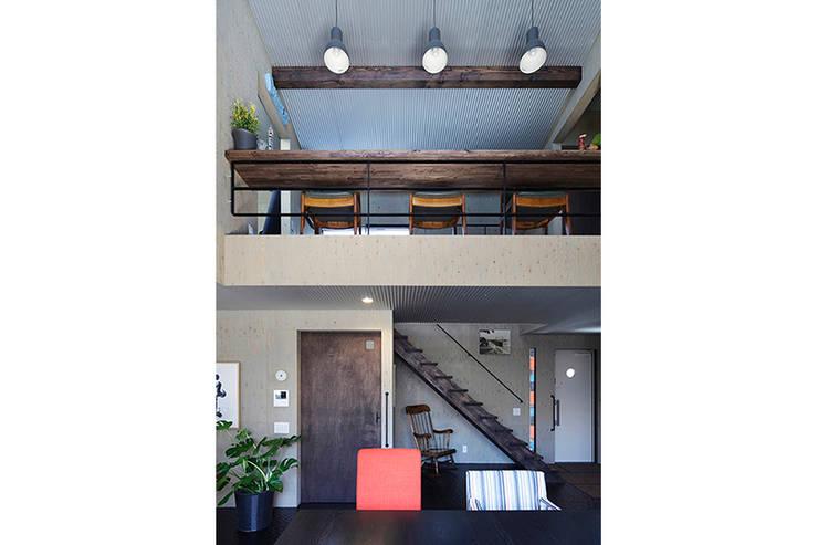 大倉山プロジェクト リビング2: 腰越耕太建築設計事務所が手掛けたリビングです。