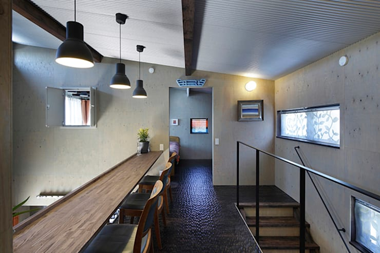大倉山プロジェクト スタディーコーナー: 腰越耕太建築設計事務所が手掛けた廊下 & 玄関です。