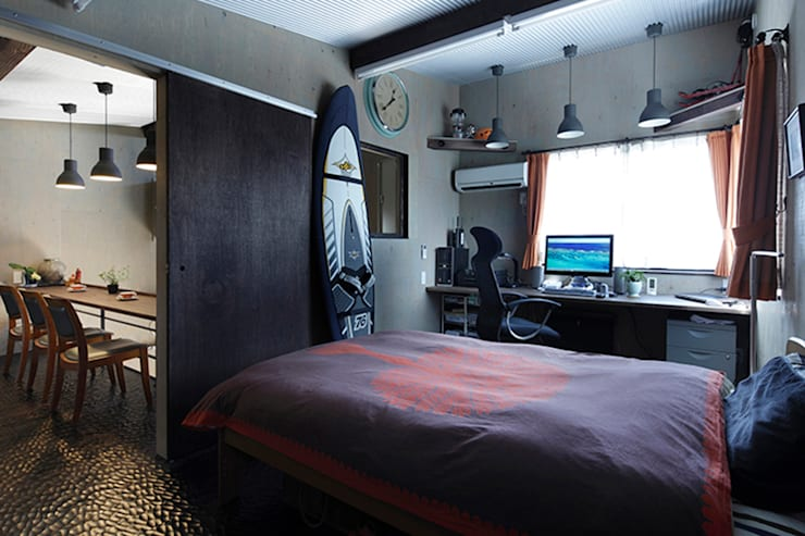 大倉山プロジェクト 寝室: 腰越耕太建築設計事務所が手掛けた寝室です。