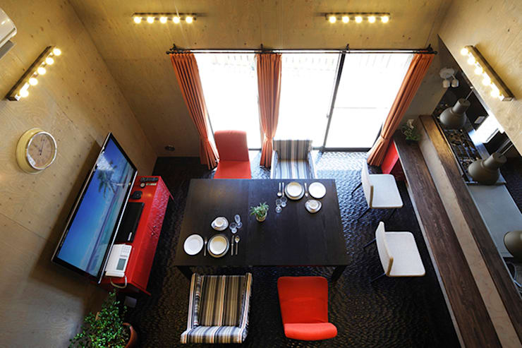 大倉山プロジェクト 吹抜け: 腰越耕太建築設計事務所が手掛けたリビングです。
