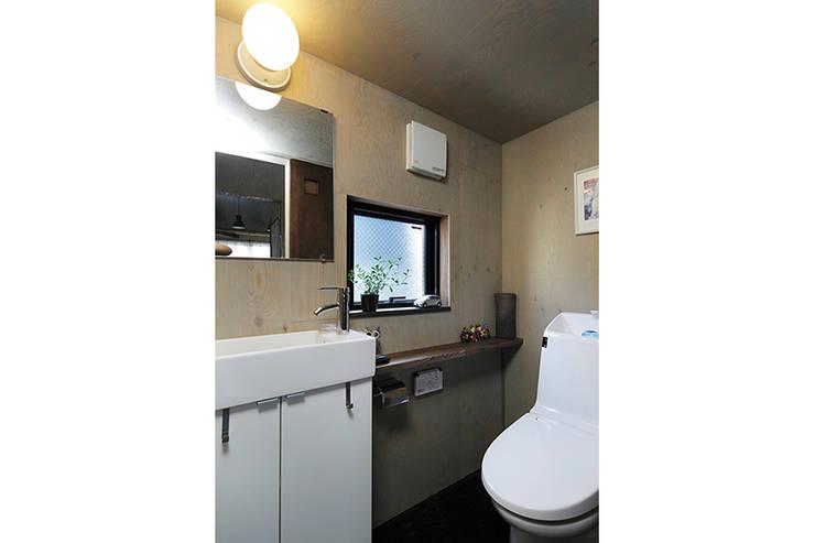 大倉山プロジェクト 洗面所: 腰越耕太建築設計事務所が手掛けた浴室です。