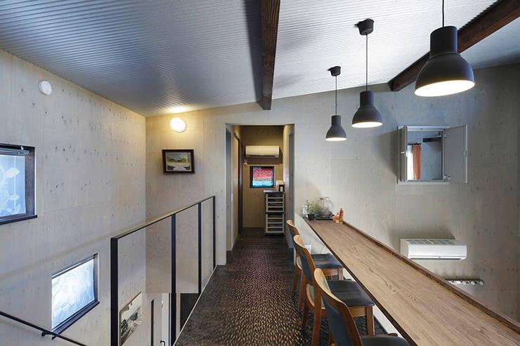 大倉山プロジェクト スタディーコーナー2: 腰越耕太建築設計事務所が手掛けた廊下 & 玄関です。