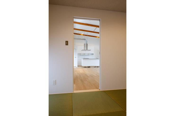 コの字の家 和室2: 腰越耕太建築設計事務所が手掛けた和室です。,
