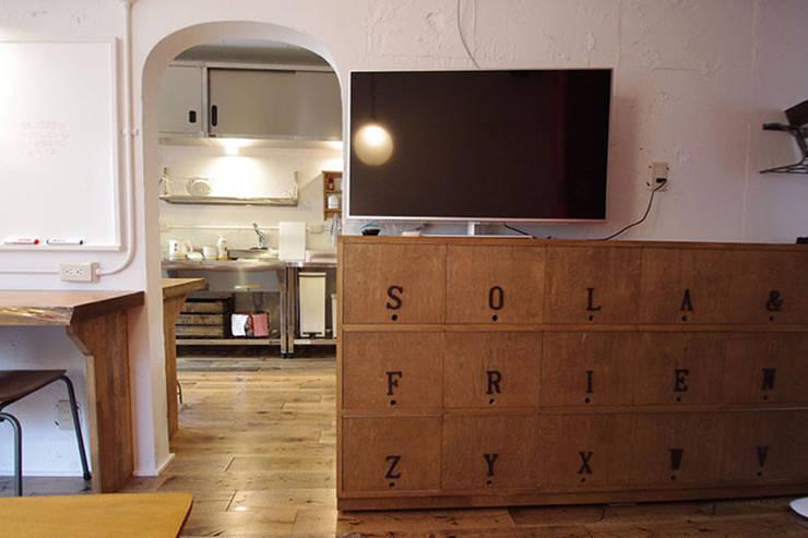 マノア狛江 ラウンジ: 腰越耕太建築設計事務所が手掛けた和室です。
