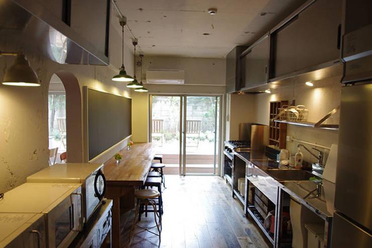 マノア狛江 キッチン: 腰越耕太建築設計事務所が手掛けたキッチンです。