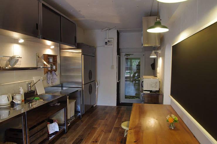 マノア狛江 キッチン2: 腰越耕太建築設計事務所が手掛けたキッチンです。