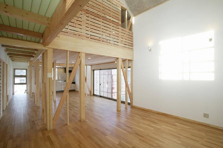 新潟の家 リビング: 腰越耕太建築設計事務所が手掛けたリビングです。,モダン