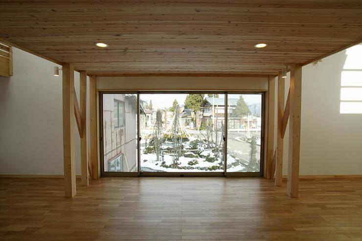 新潟の家 リビング2: 腰越耕太建築設計事務所が手掛けたリビングです。,モダン